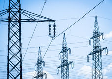 Pilones de la electricidad imagenes de archivo