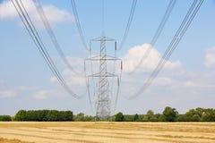 Pilones de la electricidad en campo Fotos de archivo libres de regalías