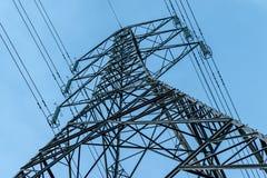 Pilones de la electricidad en campo de la cebada fotografía de archivo