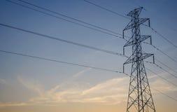 Pilones de la electricidad en campo de la cebada Foto de archivo