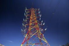 Pilones de la electricidad en campo de la cebada foto de archivo libre de regalías