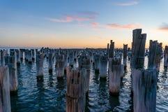 Pilones de madera viejos del embarcadero destruido, embarcadero en la oscuridad Fotografía de archivo libre de regalías