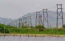 Pilones eléctricos de madera, lago Inle, Myanmar Imagen de archivo