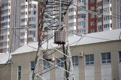 Pilones y línea de la electricidad Fotos de archivo