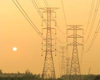 Pilones y líneas eléctricas Fotografía de archivo