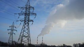 Pilones y líneas eléctricas de la central eléctrica Imagen de archivo libre de regalías