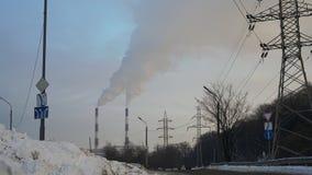 Pilones y líneas eléctricas de la central eléctrica Imagen de archivo