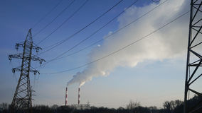 Pilones y líneas eléctricas de la central eléctrica Foto de archivo libre de regalías