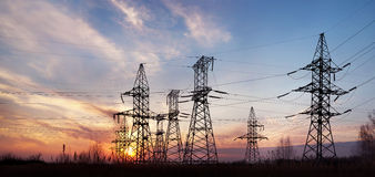 Pilones y líneas de la electricidad en la oscuridad. Imágenes de archivo libres de regalías