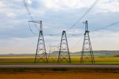 Piloni ad alta tensione di elettricità Immagine Stock Libera da Diritti