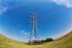 Piloni ad alta tensione di elettricità contro cielo blu Immagine Stock Libera da Diritti