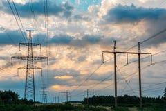 Piloni ad alta tensione di elettricità sopra i piloni di elettricità del cielo Immagini Stock Libere da Diritti
