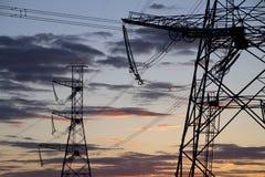 Piloni ad alta tensione di potenza. Fotografie Stock