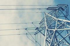 Piloni ad alta tensione di potere contro cielo blu con la nuvola Fotografia Stock Libera da Diritti