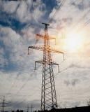 Piloni d'acciaio della torre del cavo della posta ad alta tensione di potere Fotografie Stock