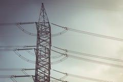 Piloni d'acciaio della torre del cavo della posta ad alta tensione di potere Immagini Stock
