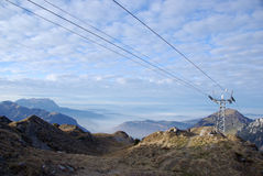Piloni della cabina di funivia sulla montagna di Haldigrat Immagine Stock