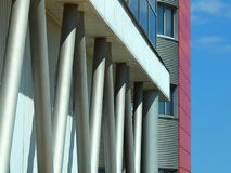 Piloni di costruzione contro un cielo immagine stock libera da diritti
