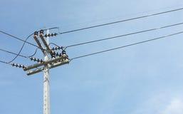 Piloni di elettricità con il cielo Immagine Stock