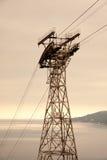 Piloni di elettricità nel campo dell'orzo Fotografie Stock