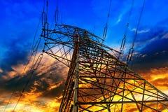 Piloni di elettricità nel campo dell'orzo Fotografia Stock Libera da Diritti
