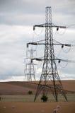 Piloni di elettricità, campagna di Oxfordshire, Regno Unito. Fotografie Stock