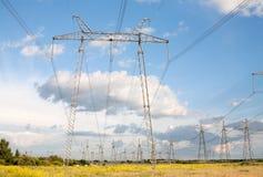 Piloni di energia elettrica Fotografie Stock Libere da Diritti