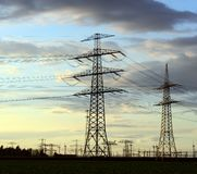 Piloni di potere per il trasporto dell'elettricità immagine stock