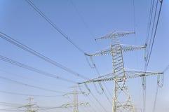 Piloni di potere per il trasporto dell'elettricità fotografie stock libere da diritti