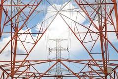 Piloni di una linea elettrica ad alta tensione produzione e trasporto di Fotografie Stock