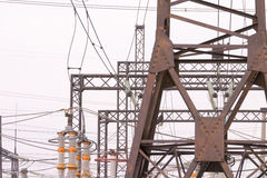 Piloni e cavi elettrici sulla stazione di distribuzione di energia elettrica Fotografie Stock