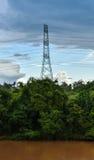 Piloni e fiume ad alta tensione di elettricità Fotografia Stock Libera da Diritti