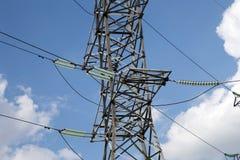 Piloni e linea di elettricità Fotografie Stock