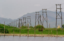 Piloni elettrici di legno, lago Inle, Myanmar Immagine Stock