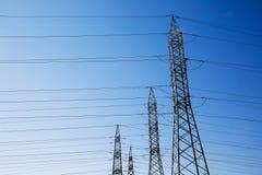 Piloni industriali ad alta tensione per distribuzione di elettricità Immagini Stock Libere da Diritti