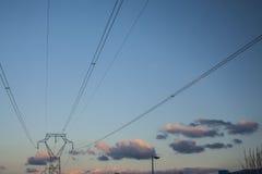 Pilons in landelijk landschap bij zonsondergang Stock Afbeeldingen