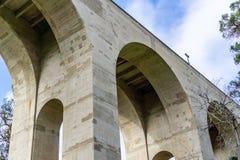 Pilony i Archways pod mostem obraz stock