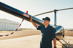 Pilot- anseende på svansen av en helikopter Royaltyfria Bilder