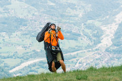 Pilot av paragliding som förbereder sig att ta av arkivbilder