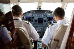 Pilot-And Copilot In-Cockpit stockbild