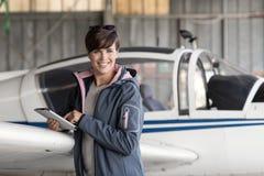 Pilot, der eine digitale Tablette verwendet lizenzfreies stockbild