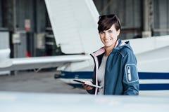 Pilot, der eine digitale Tablette verwendet stockfotografie