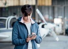 Pilot, der Luftfahrt apps verwendet lizenzfreie stockbilder