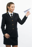 Pilot des jungen Mädchens, der ein Papierflugzeug hält Stockbild