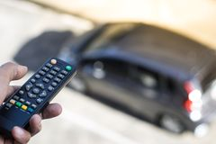 Pilot do TV na samochodowym rozmytym tle w mieście Używać kontrola, jeżdżenie transport z automobilowym i pojęcie lub, kopiuje pr Zdjęcie Stock