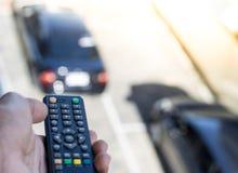Pilot do TV na samochodowym rozmytym tle w mieście Używać kontrola, jeżdżenie transport z automobilowym i pojęcie lub, kopiuje pr Zdjęcia Royalty Free
