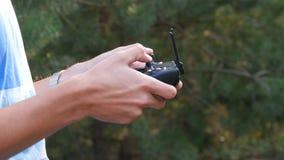 Pilot do TV od quadrocopter lub truteń działający s mężczyzna ` rękami zamykamy w górę widoku zdjęcie wideo