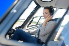 Pilot för helikopter för ung kvinna för sidosikt Royaltyfria Bilder