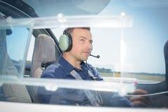 Pilot för sidosikt i flygplan Arkivfoto