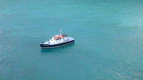 Pilot- fartyg som väntar i det karibiska vattnet stock video